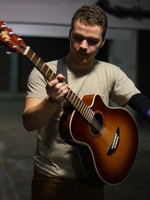 Max Richards, Solo Singer/Guitarist